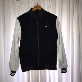 Nike jakke, som kan vendes på vrangen, så det bliver til et andet design.  Ingen størrelse i, men den fitter en størrelse medium. Købt i Voo store Berlin til 800kr  Rigtig fin stand Kom gerne med bud