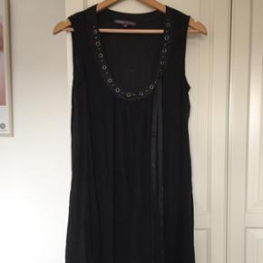 Rå kjole med flotte nittedetaljer både foroven og nederst langs kjolekanten fra amerikanske Halé Bob. Kom gerne med et bud:)