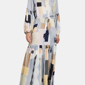 Supersmuk kjole fra Munthe str 40  i det lækreste viskose og silke der falder flot  Lavet med ballonærmer og bindebånd i taljen  Brystvidde 56 x 2 , talje 52 x 2  Np 2800kr Bud fra 800kr