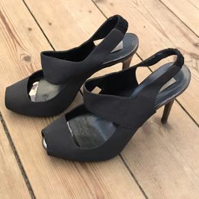 Stella McCartney stiletter i str 39. Små i størrelsen.  Peep toe. Hælen er 11 cm høj. Men med 2 cm plateau er de behagelige at gå i.  Tegn på brug - se billeder. Da det primært er inde i skoen, er det ikke noget man ser når man har dem på.   Kom med bud!   Kan prøves og afhentes på Christianshavn eller sendes med DAO.