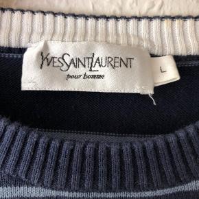 Lækker strik fra ikoniske Yves Saint Laurent, fra før huset blev omdøbt Saint Laurent Paris. Købt i butikken i Paris og kostede 2.399kr. Har enkelte brugstegn men ellers i fantastisk stand.
