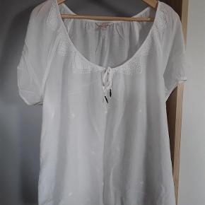 Sød hvid bluse med broderier, Esprot str. 44. Brystvidde 128 cm, længde 68 cm.  Bluse Farve: Hvid