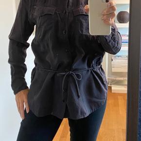 Flot skjorte fra G-star. Meget mørk lilla/aubergine, men bindebånd i taljen.