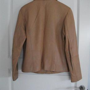 Varetype: skindjakke - ægte skind Farve: Cognac  ægte skind - blød kvalitet brystvidde: 96 cm længde: 64 cm