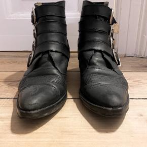 Sorte læder Toga Pulla støvler. Købt i Illum. I fin stand men brugt. De er forsålet hos en skomager
