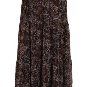Helt ny, er i butikkerne nu😊  Neo Noir Lissa Winter nederdel. Sort brun rosa nuancer. Lang nederdel med elastik bånd i taljen. Fint print med lurex detalje.  Taljen er elastik, så taljemål er fra 2 x 36 - 48 cm. 2 x 36 når den ligger fladt, 2 x 48 når elastik er strakt helt ud.  Aldrig brugt, kun prøvet på og alligevel ikke helt mig.