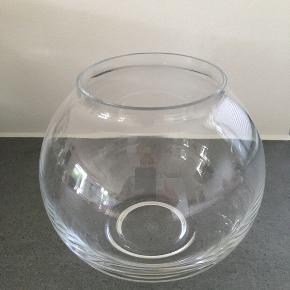 Lyngby mundblæst glasvase måler ca. 20 cm i højden. Kun stået til pynt i vitrine. Har ikke æsken. Bytter ikke. Fra ikke rygerhjem.
