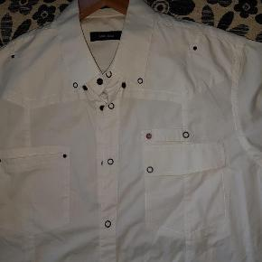 Varetype: Skjorte str XL hvid kortærmet herre Matinique Farve: Hvid Oprindelig købspris: 600 kr.  Ærmet kan 'rulles op . Se foto: det ene ærme er oprullet med 'snip ' Se fede detaljer med knapper, stropper mv. Ingen pletter. Brugt 1 gang.