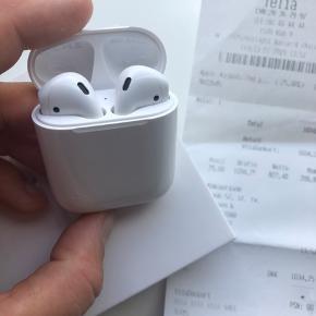 Suuuper fede airpods gen 2 fra Apple sælges. Jeg har kun haft prøvet dem på så standen er som ny. Grunden til jeg ønsker at sælge dem er at jeg har købt nogle andre øretelefoner fra B&O i stedet for.  Alt følger med ved køb - kvittering, kasse og kabler..  - Min mp er omkring en 850-900 kr over ts :-) jeg ønsker ikke at bytte..