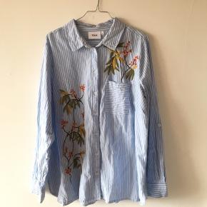 Flot skjorte fra Zizzi i str. M. Skjorten har flotte broderier rundt omkring, og er perfekt til forår og sommer. Det er desuden muligt at folde ærmet op og knappe det fast, dette giver et mere luftet look.