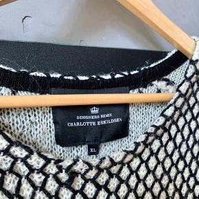 Fin strikket designer remix sweater. En XL men jeg er en S og har brugt den fint :)