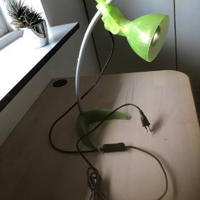 Sælger denne skrivebordslampe. Fejler ingenting og virker 100 % som den skal. Den er justerbar hele vejen rundt, både højde og retning af lys, kan indstilles præcis som man lyster.  Pæren som sidder i medfølger og virker endnu.   Kan afhentes i holstebro eller sendes for 45 kr.