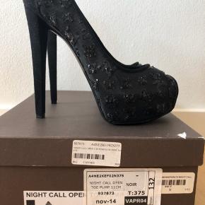 Super flotte heels, som aldrig har været brugt.  Er synd de bare står og samler støv i mit skab.