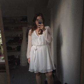 Har købt denne kjole til når jeg blev student men den var ikke lige mig. Den er rigtig behagelig i stoffet og ingen slidemærker eller pletter.   Det er ikke en wrap dress.  Den ville passe godt til hvis man bliver student eller en sød sommer kjole 👗🎓