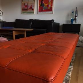 Min smukke orange daybed er til salg. Den sælges kun fordi anden sofa ønskes, den fejler absolut ingenting og jeg har passet meget godt på den.   Den har sorte kontraststikninger. Skal afhentes på Nørrebro.
