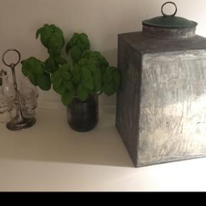Fin stor zink bøtte med grønt låg. God til både opbevaring samt dekoration. Højde 39cm og bredde 18 cm.
