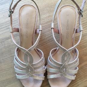 Fin glimmer sandal med lille hæl. Brugt få gange - fin hæl og sål