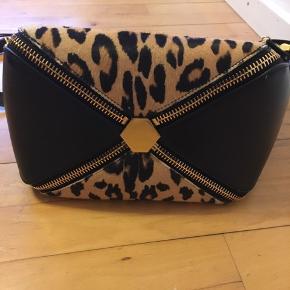 Mulberry Camden - Special edition Leopard-print kalvehår, sort læder Lynlås i toppen kommer med dustbag. Kvittering og certifikat følger selvfølgelig 🥰 Sælges da den ikke bliver brugt.