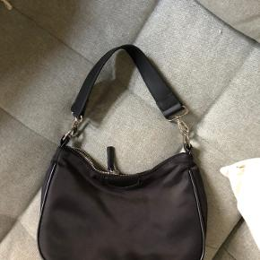 Fin skuldertaske fra Mango. Der følger også en anden lang rem med, så tasken kan bruges som cross-body. Tasken er aldrig blevet brugt, desværre!