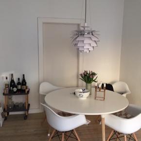 Vi sælger dette bord grundet pladsmangel. Vi har haft det i ca. 3 år, men det fejler inter. Den måler 130 cm. I diameter og er med hvidbordplade og benene er natur eg. Vi har købt det hos Paustian. Prisen for et nyt bord ligger mellem 9000-11.500 kr.   Paustian ASAP Table er vinder af red dot design award 2013.  Bordet passer godt ind i både moderne og mere klassiske miljøer. Det kan f.eks. anvendes som spisebord, café/kantinebord, et lille bord i køkkenet og som arbejdsbord eller mødebord.  Samspillet mellem træet og de farvede detaljer giver et venligt og imødekommende designudtryk. De let skråtstillede ben er med til at give bordet et dynamisk udseende.