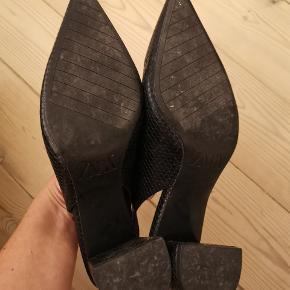 Zara heels str. 38, desværre for store. Har kun haft dem på en gang.