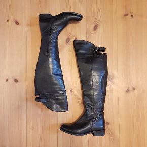 Flotte, lange læderstøvler fra Bianco med lynlås. Går til lige under knæhasen bagpå benet, men over knæet fortil (skaft ca. 42 cm fra sål til laveste kant).  Brugt meget få gange; enkelt lille skade i læderet på spidsen af den ene sko (se billede), som absolut ikke ses, når de er på.   Jeg synes de er for fine til at stå og samle støv, så jeg håber, at de finder et nyt hjem.