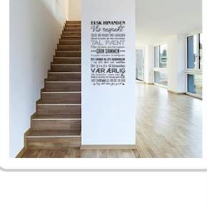 """Flot """"vores kærlighed"""" wallsticker med en række kærlige budskaber.  Bredde: 57 cm. Højde: 107 cm.  Denne er fuldstændig ny, og er som vist på billederne med sort skrift.  300,- pp (49,- GLS)  Wallsticker Farve: Sort Oprindelig købspris: 599 kr."""