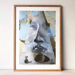 Fineste kunstplakat fra 1985 med Salvador Dali motiv. Købt hos Vintage Cph for 500 kr (uden ramme). Har aldrig fået den brugt.   Mål: 59,4 x 42 cm.  Sælges for 300 kr inkl lys træramme.