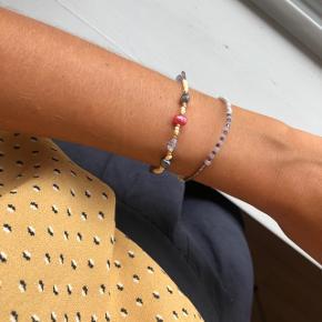 Perle armbånd med ferskvandsperler Beige nuancer med 3 store ferskvands perler 📐Mål: ca 16 cm 2 Lilla ametyst sten 💮Prisen er fast og inkl Porto med postnord