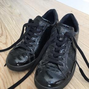 Har ikke brugt skoene særlig meget, også er de iøvrigt kun brugt til indendørs arbejde, derfor så gode som ny. Prisen fra ny var 700kr