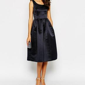 Satinlignende kjole købt fra Asos i marineblå i str. 16 / 42 / XL . Kjolen er i modellen tall og går til lige under knæene på mig og jeg er 180 cm høj. Taljen er 41 cm. Men jeg har lagt den lidt så den kan også blive 45 cm.
