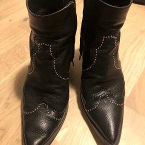 Super fede støvler, de er brugt men står stadig rigtig fint