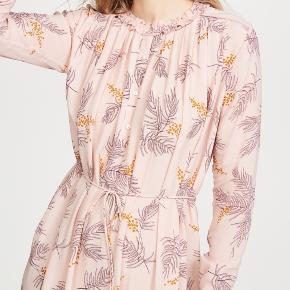 Fin kjole fra Heartmade. Den er afkortet til 104 cm. Tyndt bindebånd i taljen. Prisen er fast. Bytter ikke.