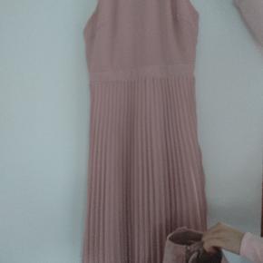 Flot ny kjole, der er nye støvletter, der passer i farven som købes med (de er ikke incl. i prisen! 😊). Køber betaler forsendelsen