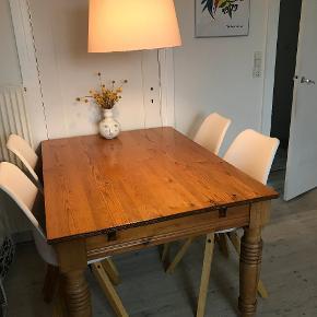 Sælger fire af disse spisebordsstole som fremstår i rigtig god stand, kun med mindre brugstegn. Skal afhentes på Frederiksberg  SIMA SPISEBORDSSTOL B: 44 X H: 85 X D: 42 CM  Sælges for 800 samlet  Nypris: 2000