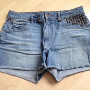 Super fede denim shorts i str. 30 fra Selected Femme.   Kan passes af både en large & medium. Kan bruges som højtaljede shorts.   Brugt få gange, ingen tegn på slid.  Nypris: 500kr