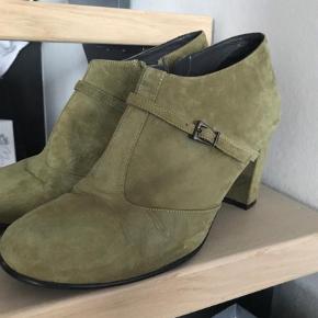 Brand: Nordic shoe people Varetype: Støvletter Farve: Khaki Oprindelig købspris: 1300 kr.  Model Liva 7.flot ruskind i kaki. Brugt en aften. Bytte evt til 42.