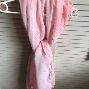Så lækkert og kønt tørklæde der måler 100 x 180 cm . Neonfarvet med fin kant Bytter ikke
