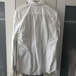 Ralph Lauren skjorte i custom fit. Sælges da jeg ikke længere kan passe den. Den fejler intet og er kun brugt få gange. Haves også i lyseblå. Byd :)