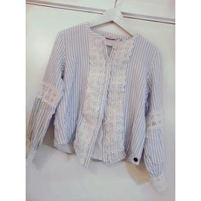 Fin nümph blå/hvid stribet skjorte med blonder. Brugt få gange. Krøbet lidt i vask, så passer fint en str S også.