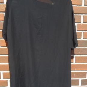 Flot t-shirt med mønster foran og sort ryg. Brystmål 2 x 65 cm Længde 75/85 cm for/bag