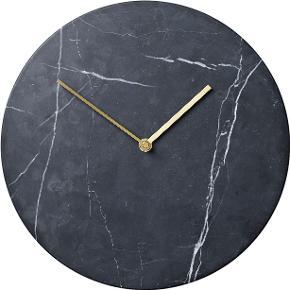 Sort marmor ur med en guld skive fra Menu. Aldrig brugt og stadig i original indpakning.