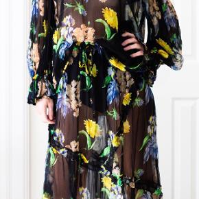 Sælger det absolut fineste, silke-agtige 'Louvre Chiffon' bluse/nederdel sæt fra Ganni! Aldrig brugt og stadig med mærker.  Pris: 1400 kr (nyprisen er 2900 kr). Sælges fra Paris som tager ca tre dage.  Se også mine mange andre fine annoncer !