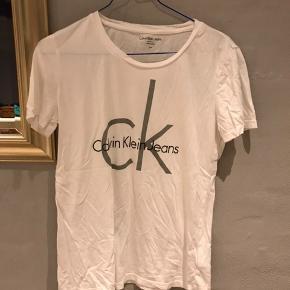 Pæn hvid T-shirt fra Calvin Klein☀️