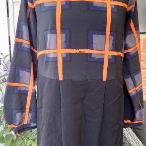 Har netop købt denne lækre kjole på TS- desværre har jeg undervurderet min størrelse, derfor skal en anden blive glad for den. Kjolen er så fin som ny.