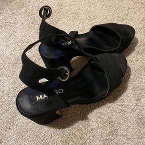 Super smukke Mango sandaler med plateau.  Næsten aldrig brugt, men rare at have på. Er åben for bud Vil helst handle med afhentning i eller omkring Vejle