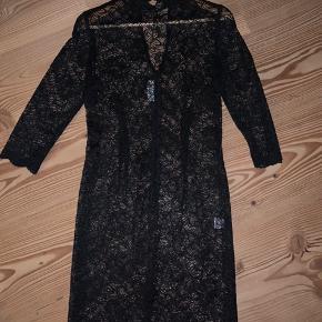 Sælger denne elegante unikke blonde kjole fra Stasia i str M. Den er aldrig brugt, kun prøvet på.  Sælges da den desværre er for lille.   Den er super flot til fest med en underkjole indenunder👗  BYD!  Skriv for flere billeder 🦋