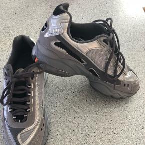 8/10 god stand, lidt slid bagpå højre sko. Ses på billedet. Vintage/retro look. Sælges da de er for små til mig :)  Mp: 350