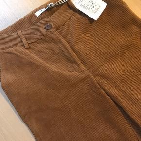 """Lækre """"cropped"""" fløjls bukser. Med tag."""