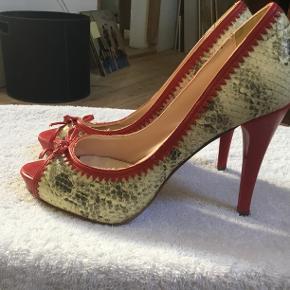 Mia Piu Senza. Farve slangeskind med rød kant. Aldrig brugt